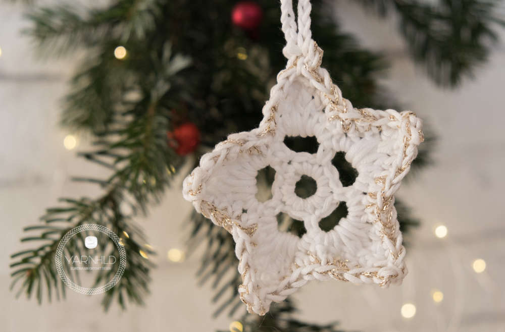 If you are looking for more Christmas ornaments ideas, take a look at these sweet Mrs and Mrs Claus pattern that I've made earlier this month.