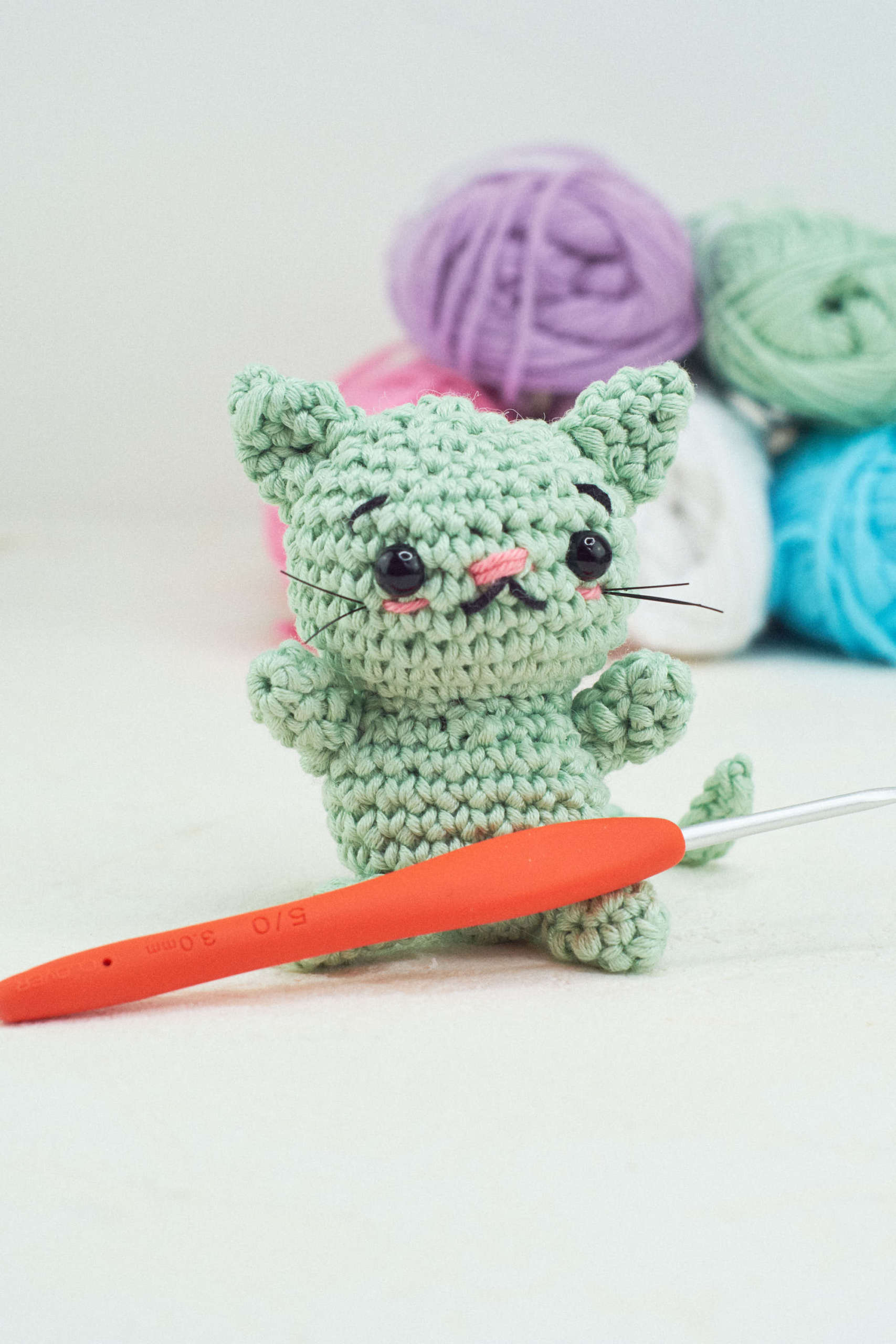 Small cat with joined legs | Free amigurumi and crochet patterns ... | 2560x1707